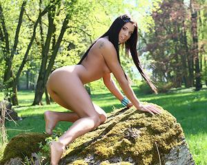 jessie-a-nude-in-park-metart