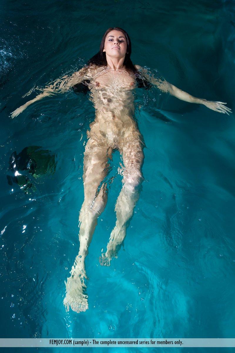 alannis-pool-femjoy-02