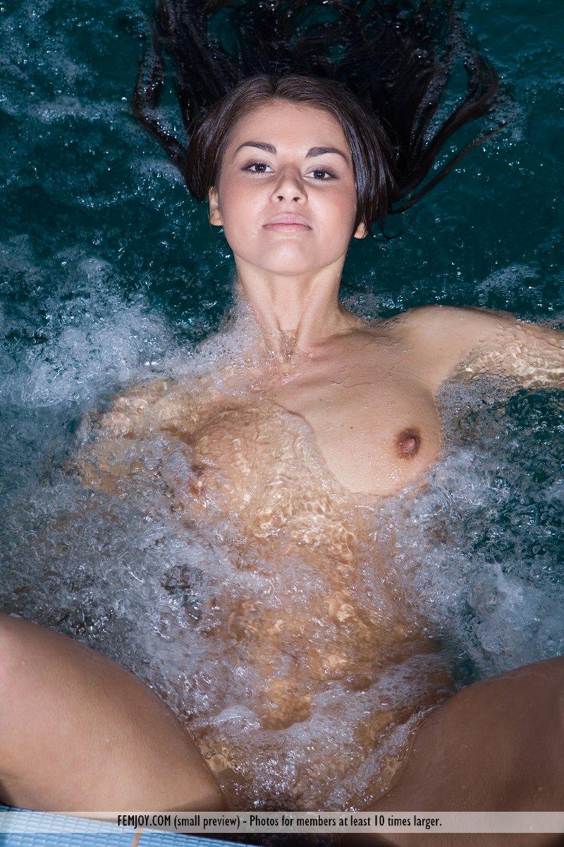 alannis-pool-femjoy-03