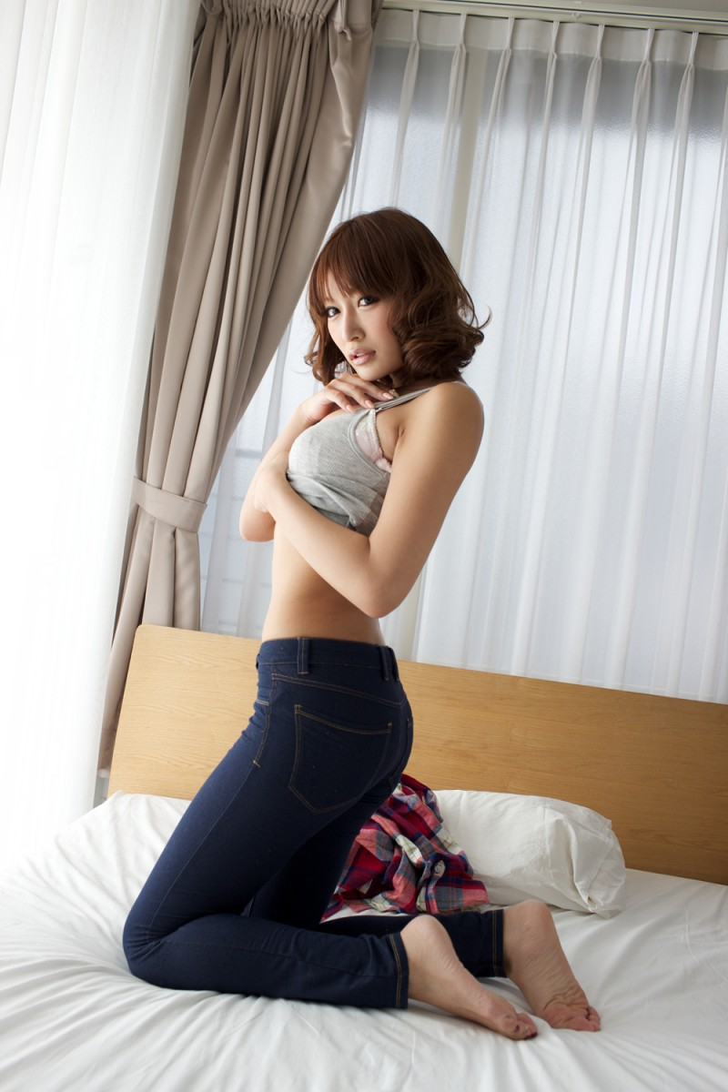 asuka-kirara-bedroom-nude-jeans-asian-03