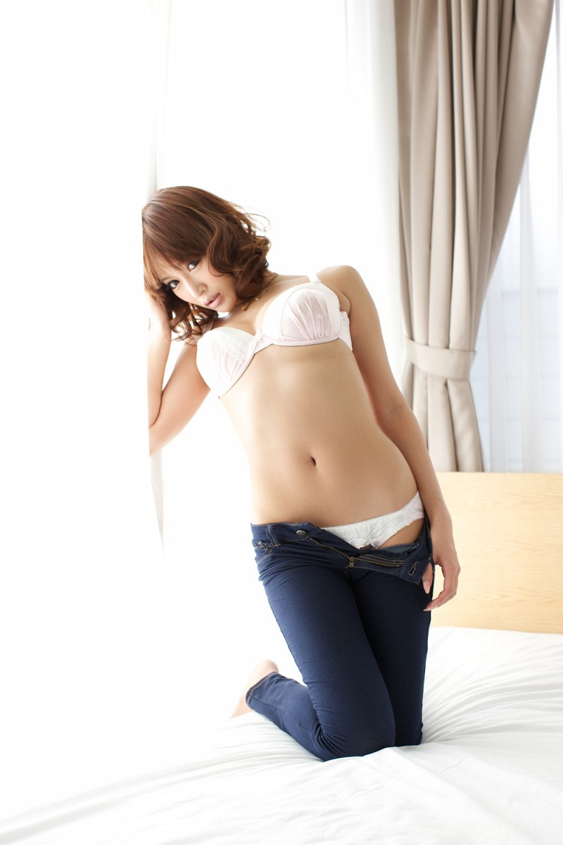 asuka-kirara-bedroom-nude-jeans-asian-10