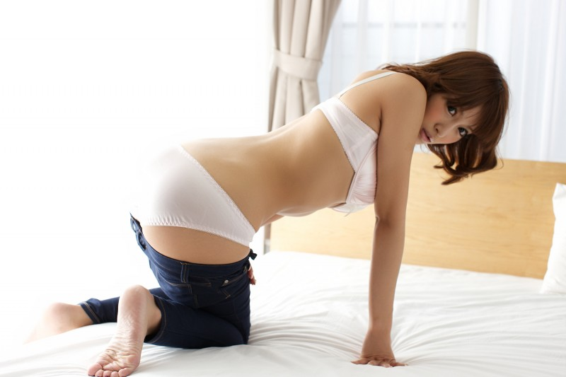asuka-kirara-bedroom-nude-jeans-asian-11