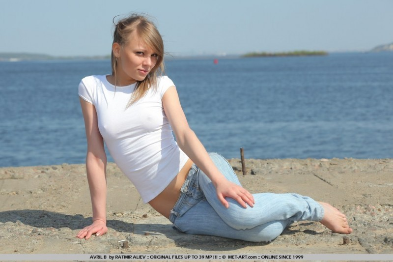 avril-b-jeans-met-art-01
