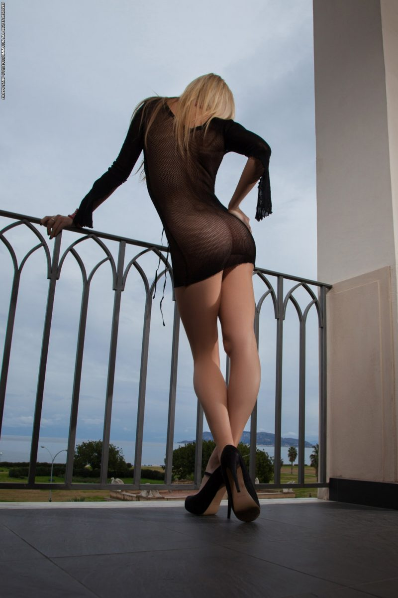bexie-fishnet-balcony-photodromm-03