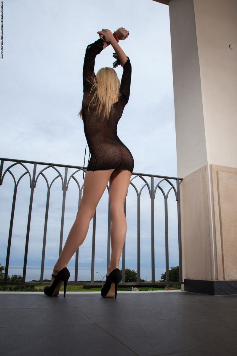 bexie-fishnet-balcony-photodromm-04