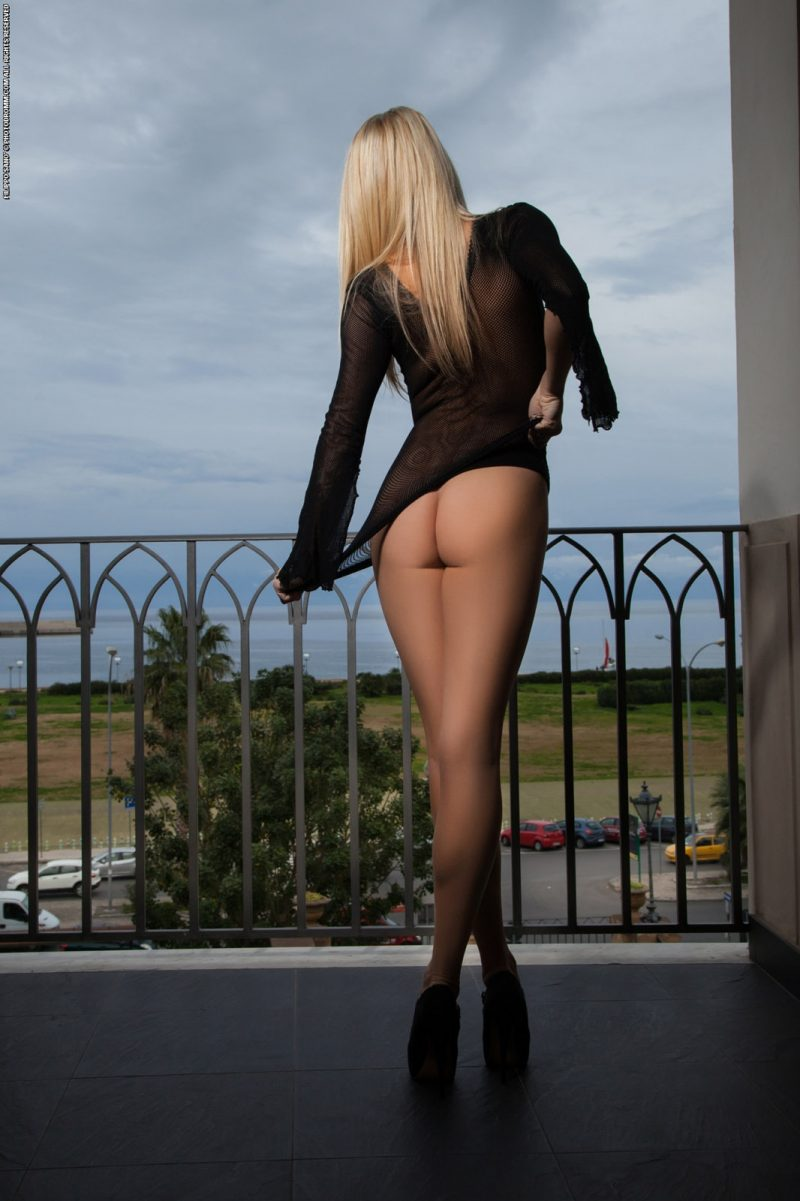 bexie-fishnet-balcony-photodromm-05