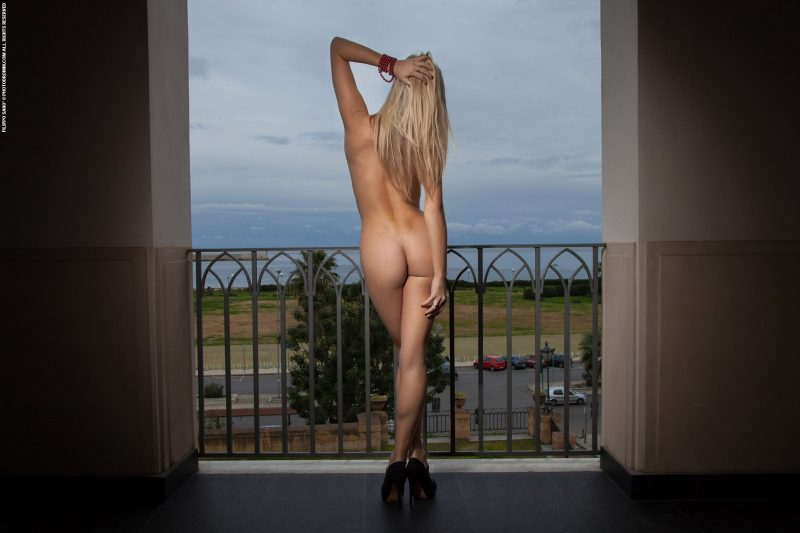 bexie-fishnet-balcony-photodromm-12