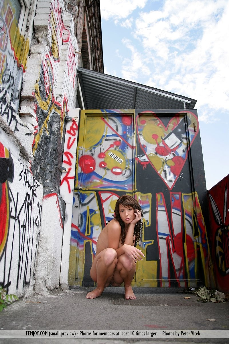 loren-graffiti-nude-femjoy-01