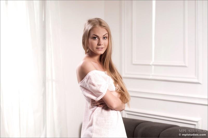 erika-blonde-sofa-nude-mplstudios-02