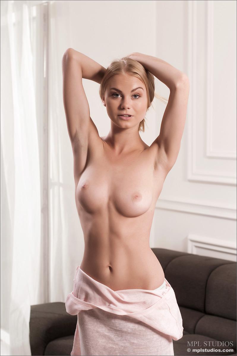 erika-blonde-sofa-nude-mplstudios-04