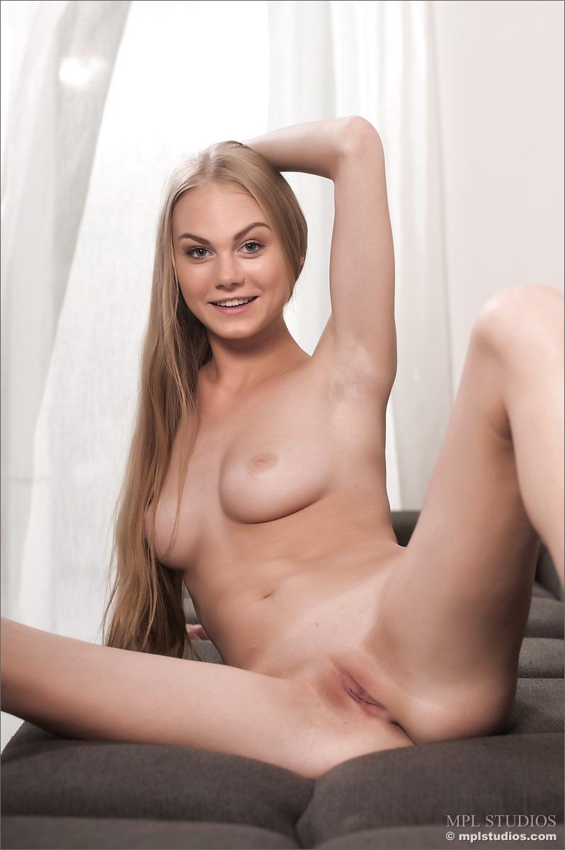 erika-blonde-sofa-nude-mplstudios-09