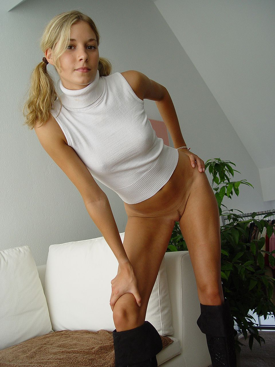 blonde-amateur-bottomless-naked-15