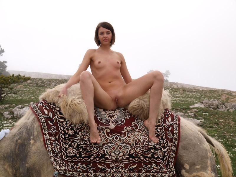 vika-camel-nude-in-russia-18