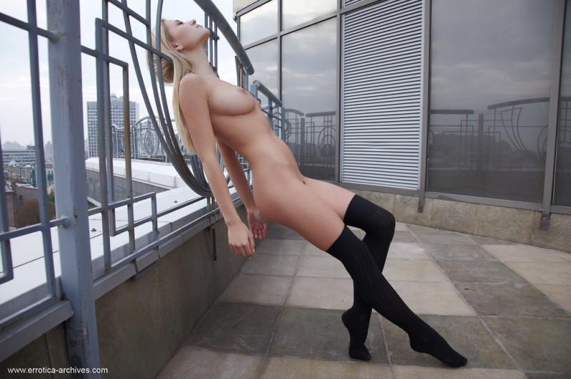 felicity-roof-naked-errotica-archives-30