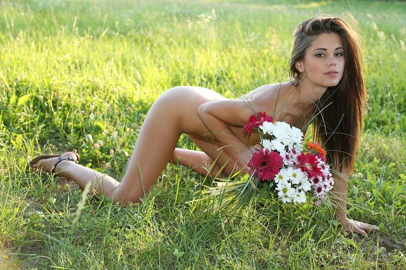 little-caprice-flowers-meadow-watch4beauty-10