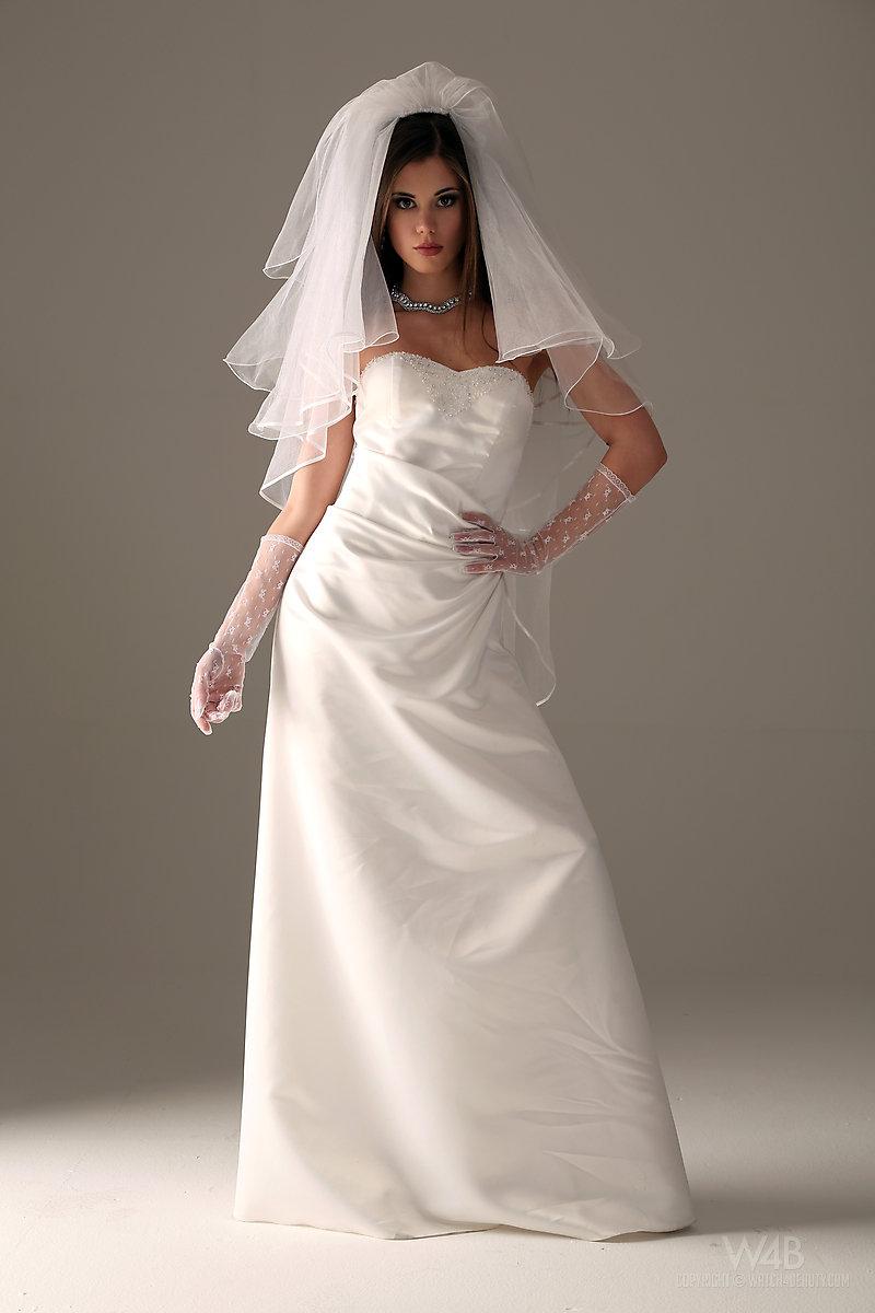 caprice-nude-bride-watch4beauty-01