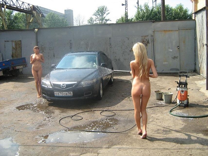 голая девушка моет машину фото