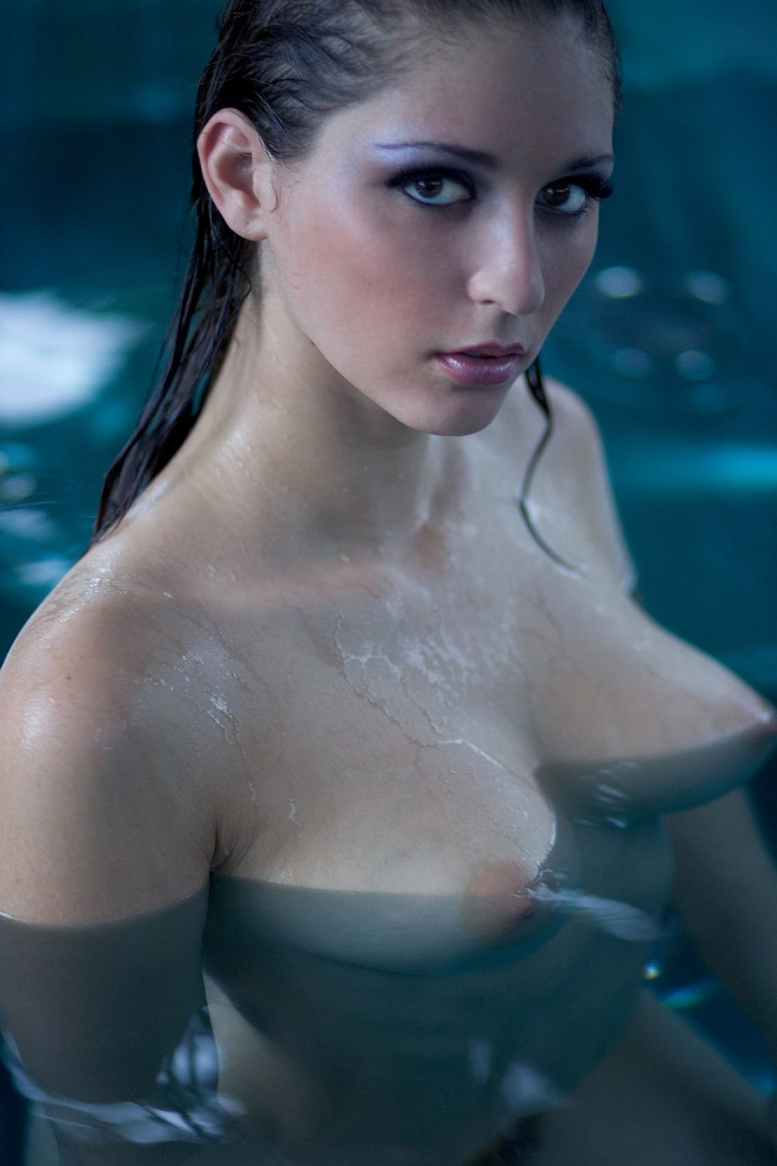 carlotta-champagne-nude-tits-jacuzzi-wet-20
