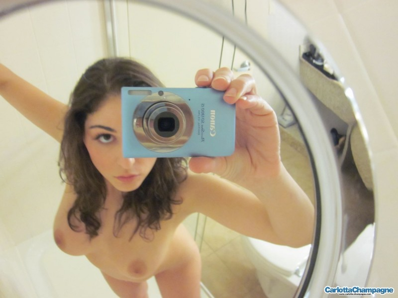 carlotta-champagne-selfshots-nude-bathroom-02