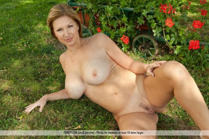 karol-backyard-big-boobs-femjoy-09