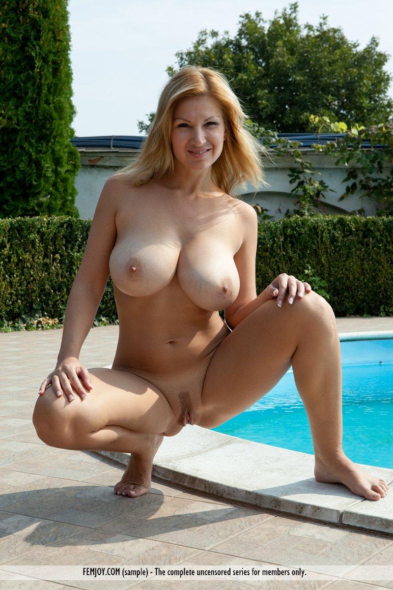 karol-tits-pool-naked-femjoy-06