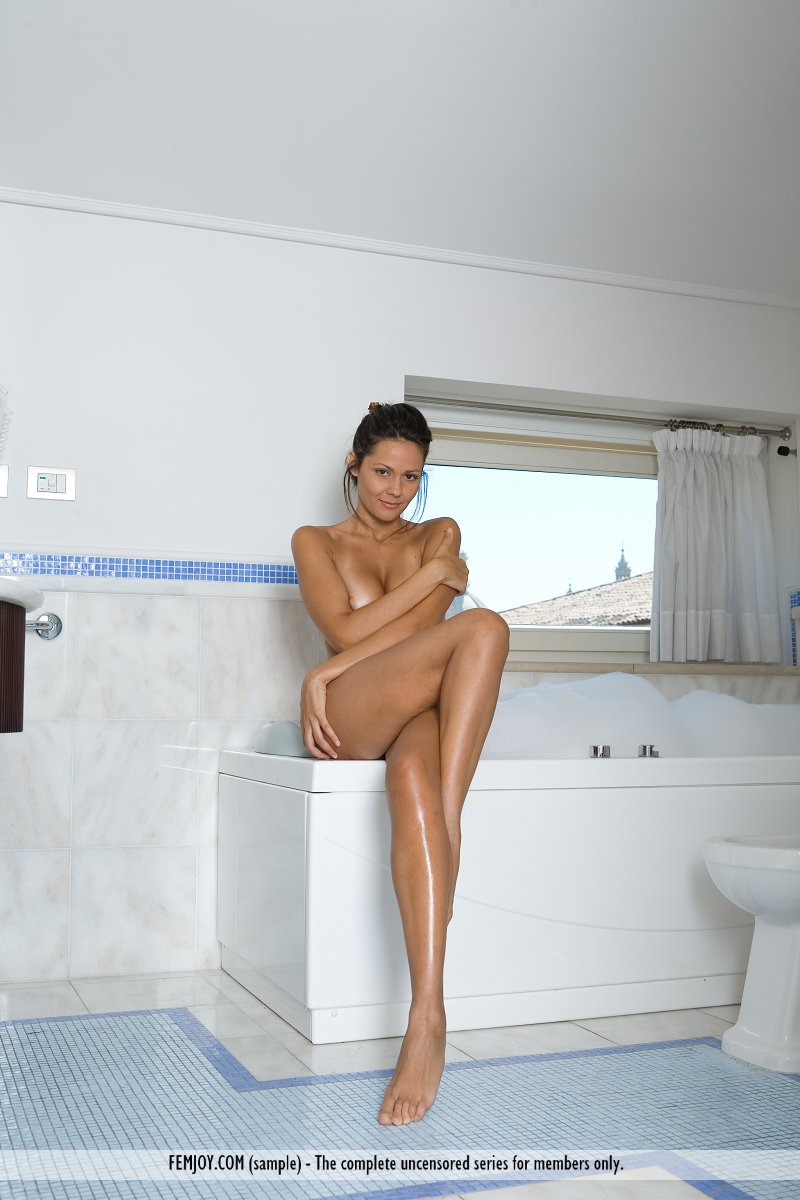 chiara-bathroom-femjoy-06