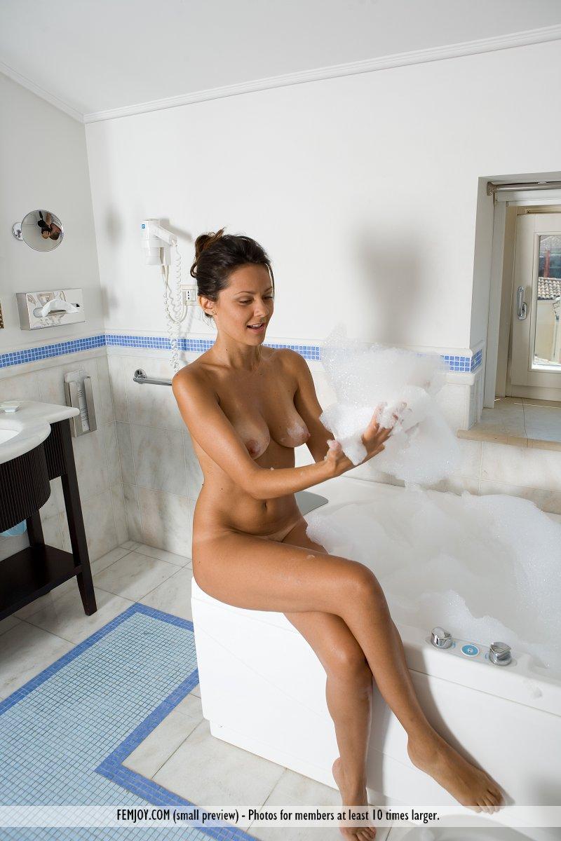 chiara-bathroom-femjoy-07