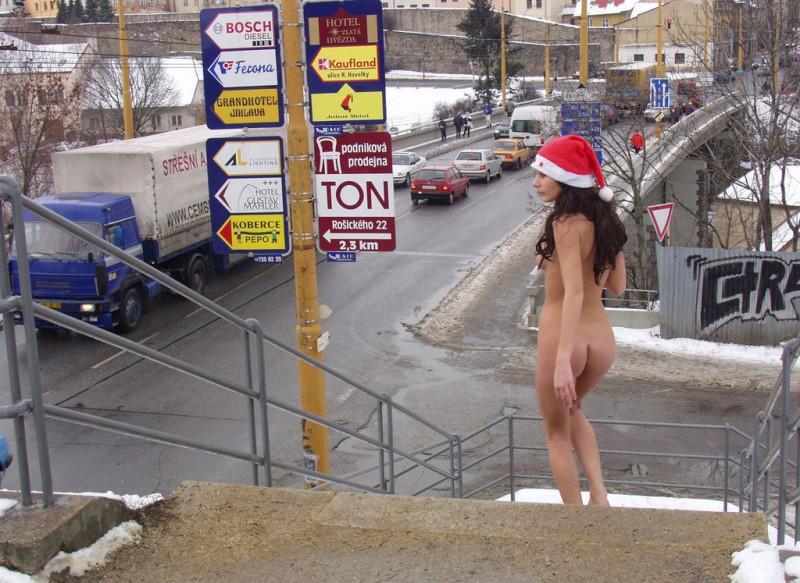 xmas-nude-in-public-01