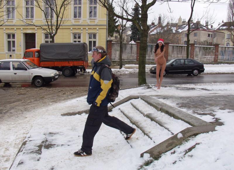 xmas-nude-in-public-08