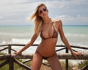 claudia-blonde-bikini-naked-photodromm