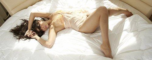 Cofi Milan on round bed