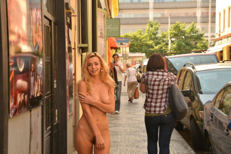 dominika-j-nude-in-public-04