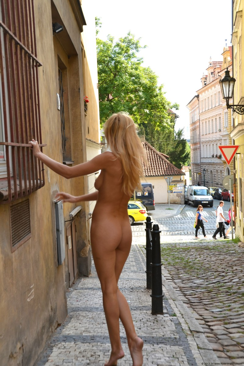 dominika-j-nude-in-public-23