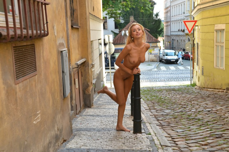 dominika-j-nude-in-public-28