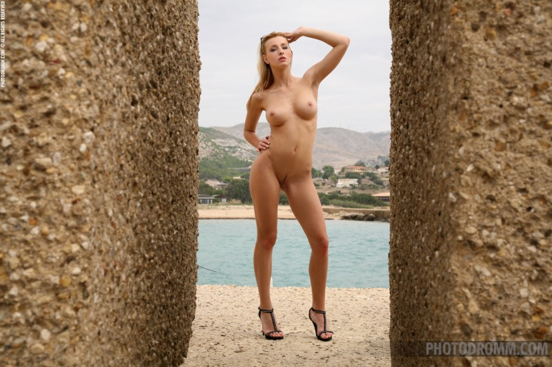dominika-sunglasses-nude-photodromm-07