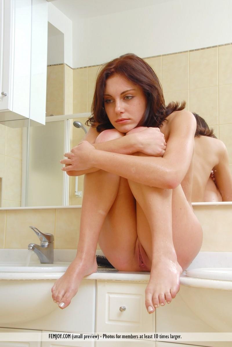 julie-bathroom-femjoy-07