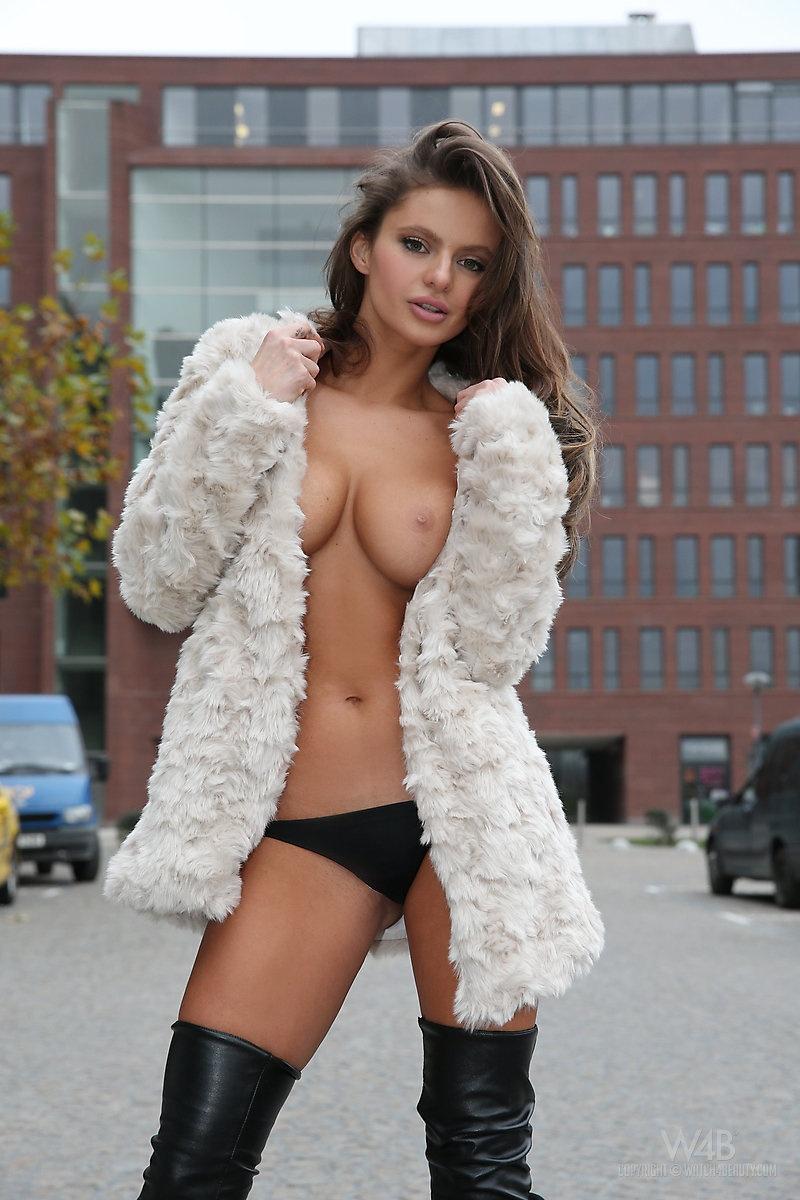 dana-harem-nude-public-watch4beauty-04