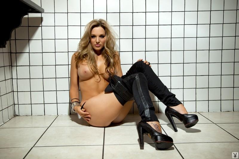 daniella-mugnolo-toilet-playboy-19