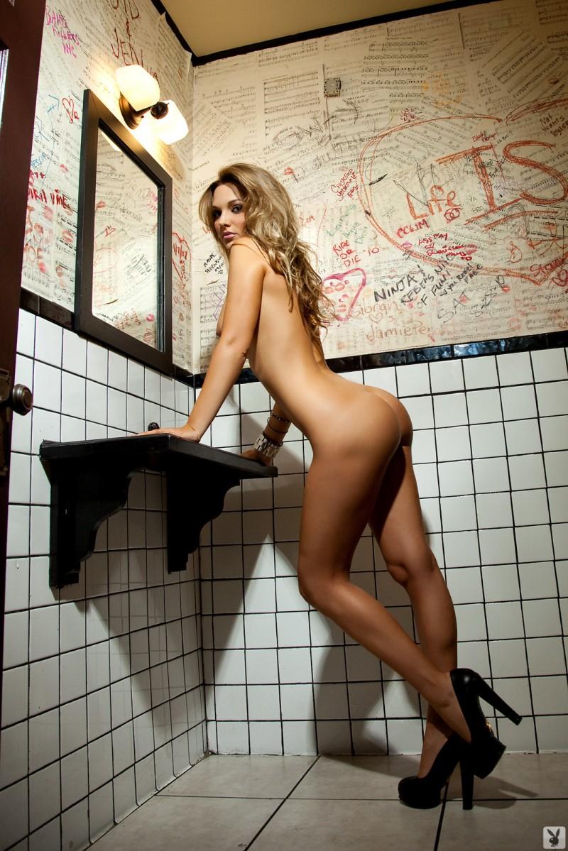 daniella-mugnolo-toilet-playboy-29