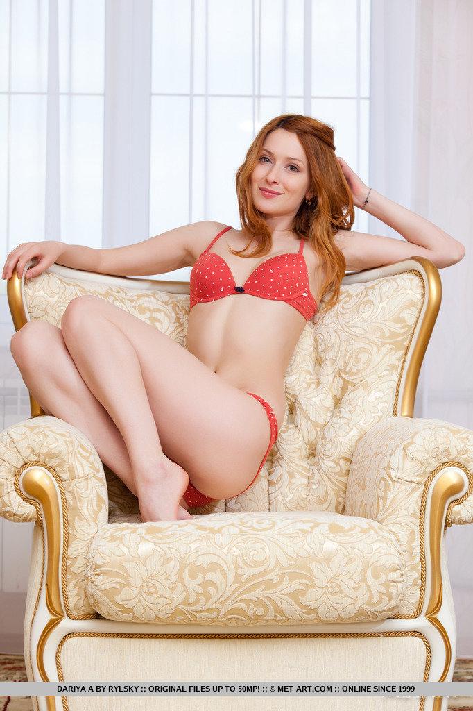 dariya-a-redhead-armchair-metart-04