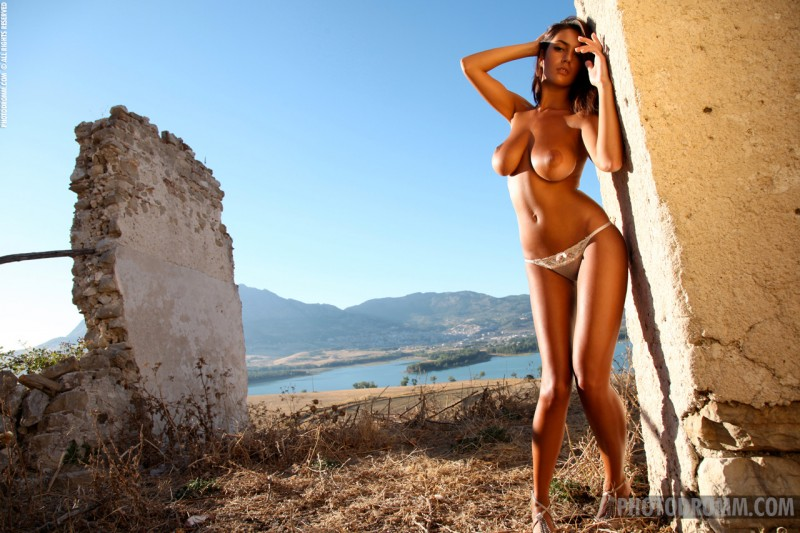ela-boobs-ruins-photodromm-03
