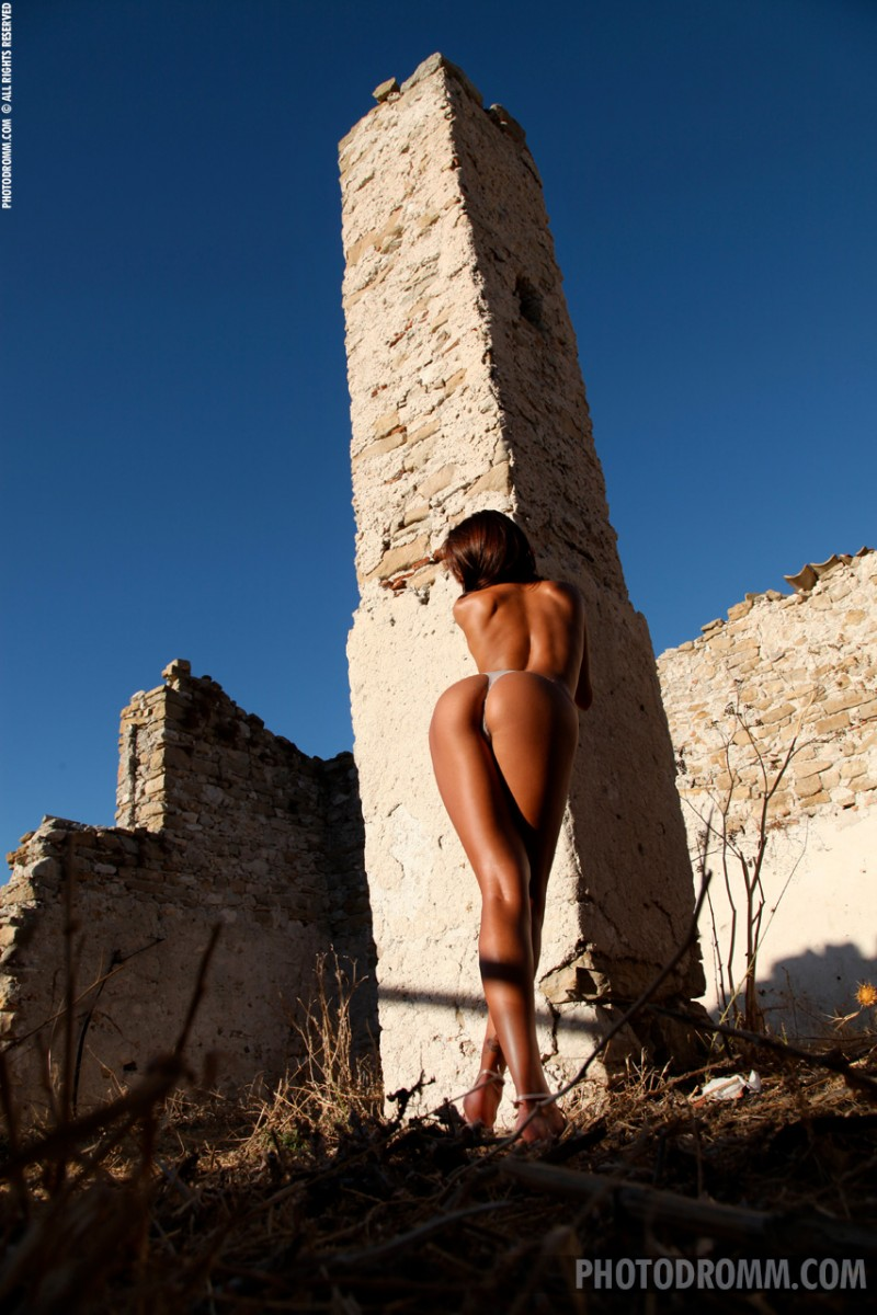 ela-boobs-ruins-photodromm-04