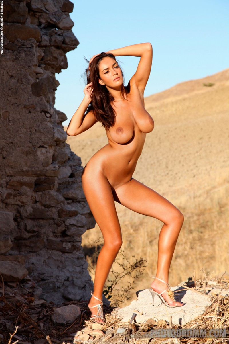 ela-boobs-ruins-photodromm-07