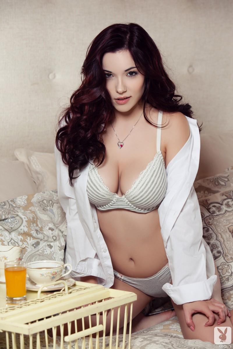 elizabeth-marxs-bedroom-nude-playboy-02