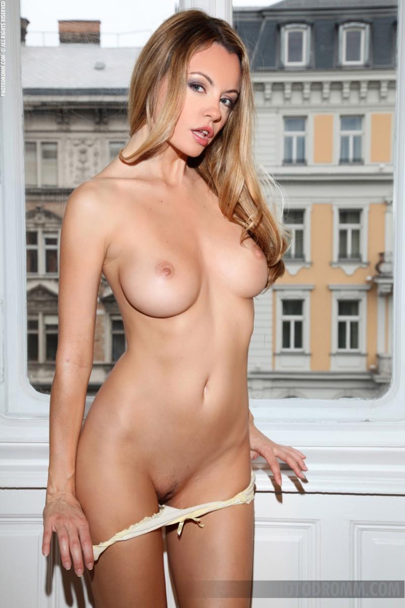 elizabeth-nude-window-photodromm-08