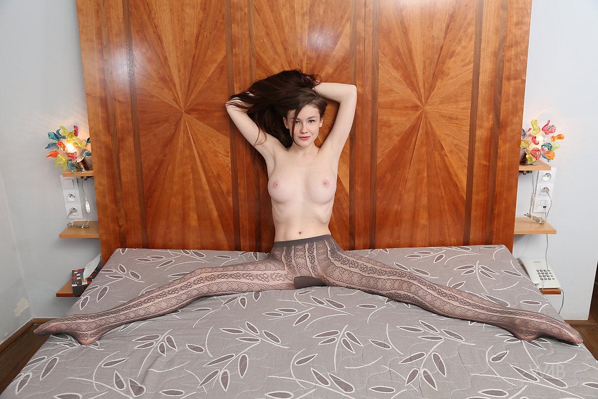 emily-bloom-pantyhose-tights-naked-watch4beauty-04