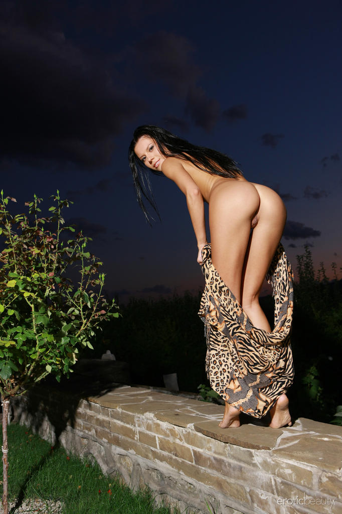 emily-a-night-nude-eroticbeauty-03