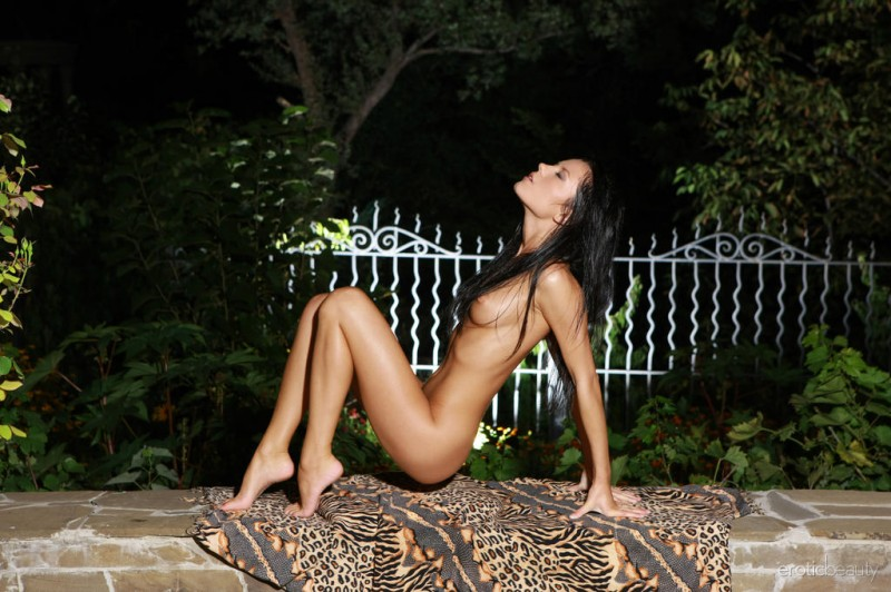 emily-a-night-nude-eroticbeauty-06