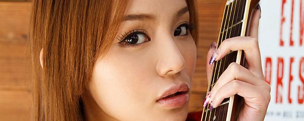 Emiri Okazaki – Girl with a guitar