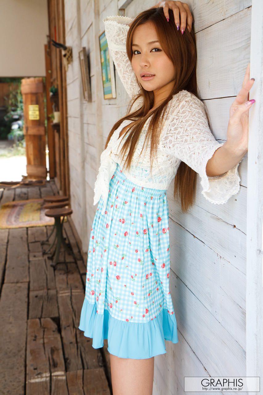 emiri-okazaki-blue-dress-naked-graphis-05